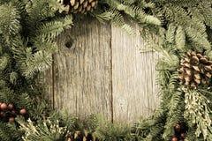 Guirnalda de la Navidad con madera rústica Imagenes de archivo