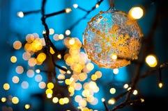 Guirnalda de la Navidad de las luces de la Navidad en fondo azul imagenes de archivo