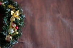 Guirnalda de la Navidad en el fondo de madera fotografía de archivo libre de regalías