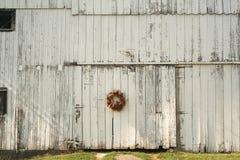 Guirnalda de la Navidad en el lado del granero Imágenes de archivo libres de regalías
