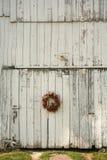 Guirnalda de la Navidad en el lado del granero Imagenes de archivo