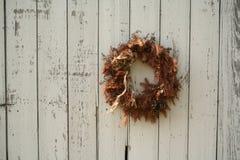 Guirnalda de la Navidad en el lado del granero Fotografía de archivo