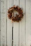Guirnalda de la Navidad en el lado del granero Foto de archivo libre de regalías