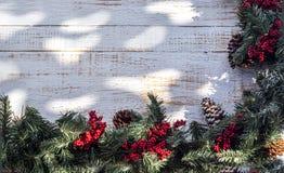 Guirnalda de la Navidad en el pórtico del país Foto de archivo libre de regalías