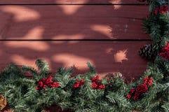 Guirnalda de la Navidad en el pórtico del país Imágenes de archivo libres de regalías