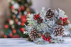 Guirnalda de la Navidad en fondo ligero borroso Fotografía de archivo libre de regalías
