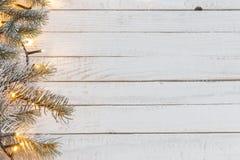 Guirnalda de la Navidad en fondo de madera imágenes de archivo libres de regalías