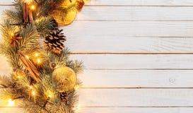 Guirnalda de la Navidad en fondo de madera imagen de archivo