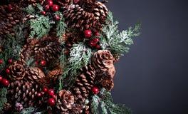 Guirnalda de la Navidad en fondo oscuro con el copyspace Fotos de archivo