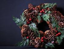 Guirnalda de la Navidad en fondo oscuro con el copyspace Imagenes de archivo