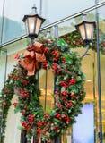 Guirnalda de la Navidad en la calle Fotos de archivo libres de regalías