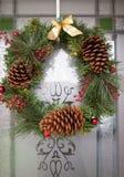 Guirnalda de la Navidad en la puerta Fotos de archivo