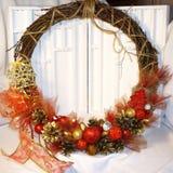 Guirnalda de la Navidad en la puerta de hecho a mano Foto de archivo libre de regalías