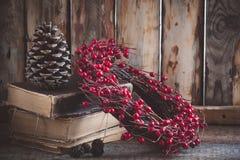 Guirnalda de la Navidad en los libros en fondo de madera Imágenes de archivo libres de regalías