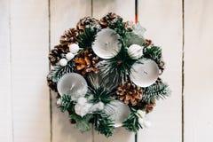 Guirnalda de la Navidad en puerta Imagen de archivo libre de regalías