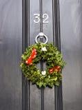 Guirnalda de la Navidad en puerta Fotografía de archivo libre de regalías