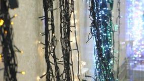 Guirnalda de la Navidad en la tienda metrajes