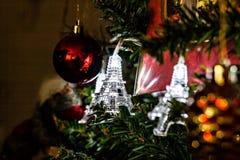 Guirnalda de la Navidad en torres Eiffel de un árbol de navidad Foto de archivo