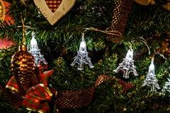 Guirnalda de la Navidad en torres Eiffel de un árbol de navidad Imagenes de archivo