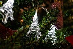 Guirnalda de la Navidad en torres Eiffel de un árbol de navidad Fotos de archivo