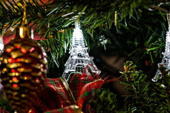 Guirnalda de la Navidad en torres Eiffel de un árbol de navidad Fotos de archivo libres de regalías
