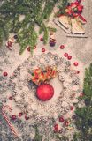 Guirnalda de la Navidad en una nieve Fotos de archivo