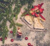 Guirnalda de la Navidad en una nieve Fotos de archivo libres de regalías