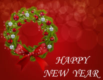 Guirnalda de la Navidad en una postal Rama verde del árbol de abeto con rojo y de las chucherías de la plata en un fondo rojo Fel Imagenes de archivo