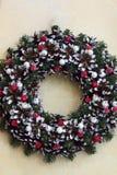 Guirnalda de la Navidad hecha de las ramas, conos, bayas rojas fotos de archivo libres de regalías