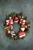 Guirnalda de la Navidad hecha de los juguetes de la Navidad del vintage y de d festiva Fotografía de archivo libre de regalías