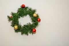 Guirnalda de la Navidad de los conos y de las manzanas, decoraciones del ` s del Año Nuevo Fotografía de archivo