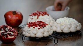 Guirnalda de la torta del pavlova de los merengues con la granada almacen de video