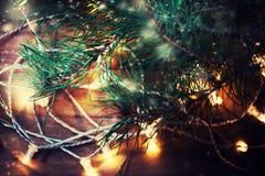 Guirnalda de las luces de la Navidad en un piso de madera viejo Feliz Navidad Foto de archivo