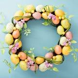 Guirnalda de los huevos de Pascua en fondo azul claro Imagen de archivo