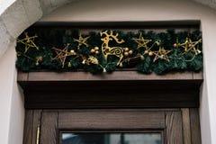 Guirnalda de lujo elegante del vintage de la Navidad en la pared vieja, celebrat Foto de archivo libre de regalías