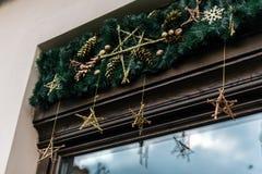 Guirnalda de lujo elegante del vintage de la Navidad en la pared vieja, celebrat Imágenes de archivo libres de regalías