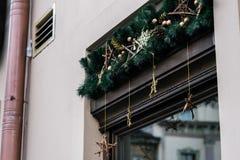 Guirnalda de lujo elegante del vintage de la Navidad en la pared vieja, celebrat Imagenes de archivo