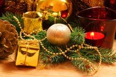 Guirnalda de oro de la Navidad con los ornamentos Fotos de archivo