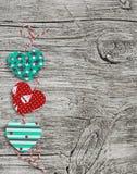 Guirnalda de papel hecha en casa de los corazones Textura de madera del día de tarjeta del día de San Valentín, fondo Imagenes de archivo
