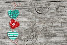 Guirnalda de papel hecha en casa de los corazones Textura de madera del día de tarjeta del día de San Valentín, fondo Espacio lib Imagen de archivo