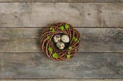 Guirnalda de Pascua con tres huevos de codornices Fotografía de archivo
