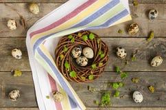 Guirnalda de Pascua con tres huevos de codornices Imagen de archivo libre de regalías
