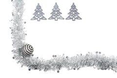 Guirnalda de plata gris de la Navidad con los árboles de plata en el fondo blanco Imagenes de archivo