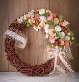 Guirnalda decorativa de la flor adornada con las flores del verano La guirnalda de Pascua adornó los huevos de Pascua Fotos de archivo
