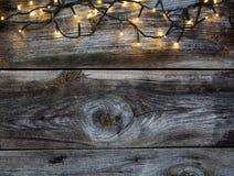 Guirnalda decorativa de la Navidad en las maderas de madera del vintage para el fondo del país Foto de archivo libre de regalías