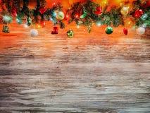 Guirnalda del árbol de abeto de la Navidad con la decoración en el tablero de madera Fondo de la Navidad brillante y del Año Nuev Imagen de archivo