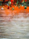 Guirnalda del árbol de abeto de la Navidad con la decoración en el tablero de madera Fondo de la Navidad brillante y del Año Nuev Fotos de archivo libres de regalías