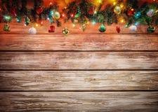 Guirnalda del árbol de abeto de la Navidad con la decoración en el tablero de madera Fondo de la Navidad brillante y del Año Nuev Imagenes de archivo