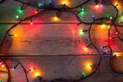 Guirnalda del árbol de navidad en la tabla de madera Fotos de archivo