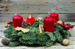 Guirnalda del advenimiento con el candl ardiente Fotografía de archivo libre de regalías
